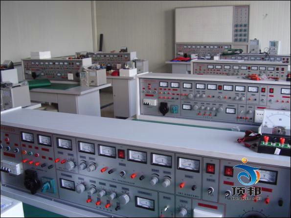 DB-28A 通用电工实验室成套设备    本电工实验室设备产品的特点: 电工实验室设备具有较完善的安全保护措施,较齐全的功能(详见实验台结构简介)。电工实验室设备实验桌中央配有通用电路板,电路板注塑而成,表面布有九孔成一组相互联通的插孔,元件盒在其上任意拼插成实验电路,元件盒盒体透明,直观性好,盒盖印有永不褪色元件符号,线条清晰美观。盒体与盒盖采用较科学的压卡式结构,维修拆装方便。元器件放置在实验桌下边左右柜内,大大提高了管理水平,规划化程度,大大减轻了教师实验准备工作。 适用范围: 电学实验室适用于高