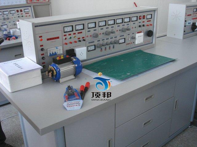 DB-28C 通用智能型电工.电子实验室成套设备     一、产品的特点: 通用电工电子实验室设备具有较完善的安全保护措施,较齐全的功能(详见实验台结构简介)。通用电工实验室设备实验桌中央配有通用电路板,电路板注塑而成,表面布有九孔成一组相互联通的插孔,元件盒在其上任意拼插成实验电路,通用电工实验室设备元件盒盒体透明,通用电工实验室设备直观性好,盒盖印有永不褪色元件符号,线条清晰美观。通用电工实验室设备盒体与盒盖采用较科学的压卡式结构,维修拆装方便。元器件放置在通用电工电子实验室实验桌下边左右柜内,通用电