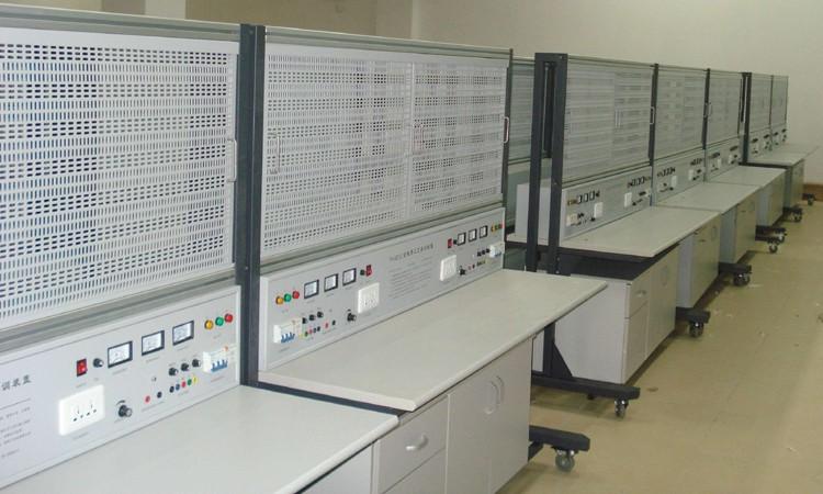 二、设备技术指标 1. 外型:整体尺寸1632mm×1050mm×1638mm; 2. 实训台架的材料:钢板、铝合金结构; 3. 电源(双面具有相同资源): 1)输入:三相AC 380V ±10% 50HZ 三相五线; 2)固定交流输出:三相五线 380V 接插式2组、220V接插式2组。 3)可调直流输出: 0~24V/2A连续可调2组(带有指针电压、指针电流表实时监控电源变化); 4.